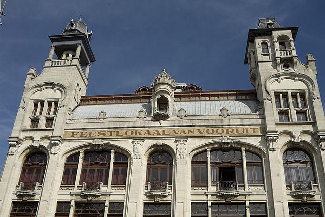 La coopérative gantoise Vooruit a été fondée en 1880. Plus tard la Feestlokaal (Salle de Fêtes) de Vooruit est créé. La coopérative Vooruit est la véritable colonne vertébrale du mouvement socialiste gantois.